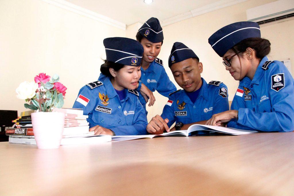mahasiswa belajar di perpus